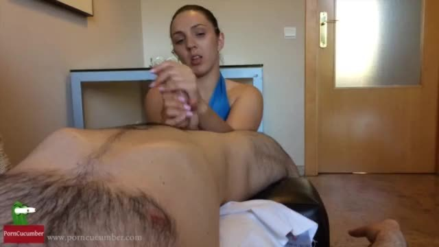 A young girl can not wait to fuck with the brother of his boss